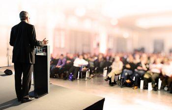 Volle Konferenz Halle bei einer Besprechung